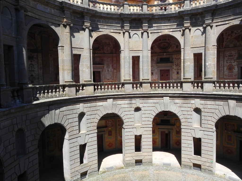 Associazione umbri a roma visita palazzo farnese a caprarola for Cortile circolare